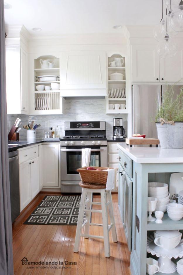 Remodelando la Casa Kitchen with new range hood design 1
